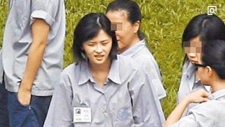 她因吸毒多次进了监狱, 40岁时挤走原配, 成功嫁给小14岁的老公