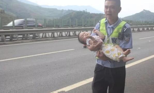 广西高速公路上发生惨烈车祸, 车上小孩一直大哭不停