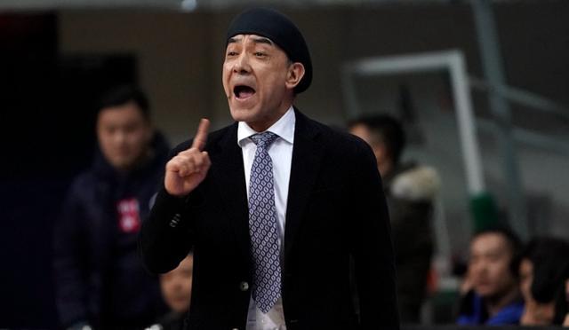 新疆加时赛阿的江最初一防让人看不懂 主锻练斗法完败俗僧斯