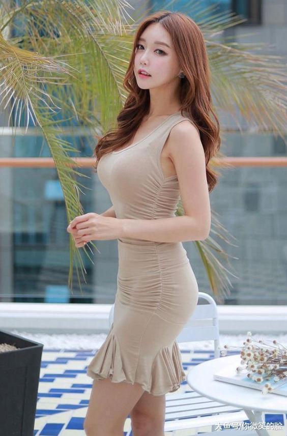 紧身裙那流畅的线条轻松打造出曼妙身姿,能够很好的修饰腿型