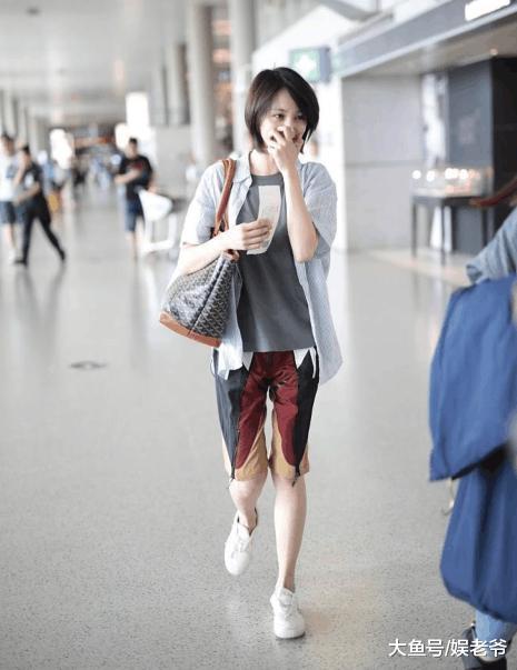郑爽霸气为粉丝买机票, 只是她这机场照也太邋遢了!