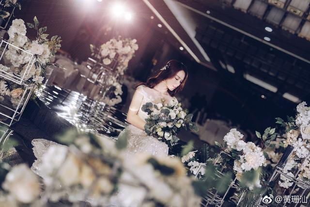美哭了! 中国体坛又一女神嫁人了, 何雯娜亲赴婚宴现场献吻送祝福
