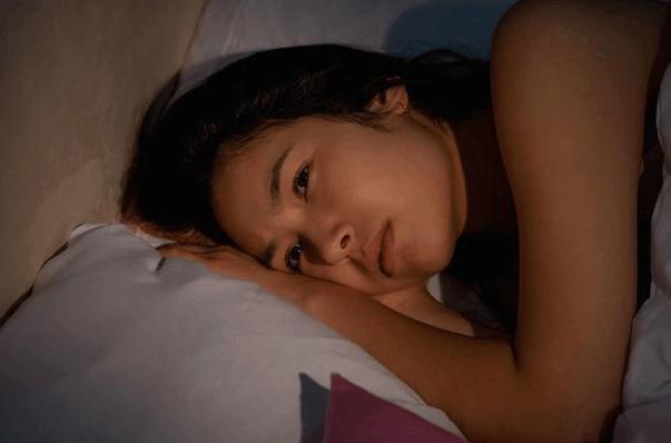 """睡觉时, 出现这4种情况, 暗示肝脏可能要""""出事"""", 不要忽视了!"""