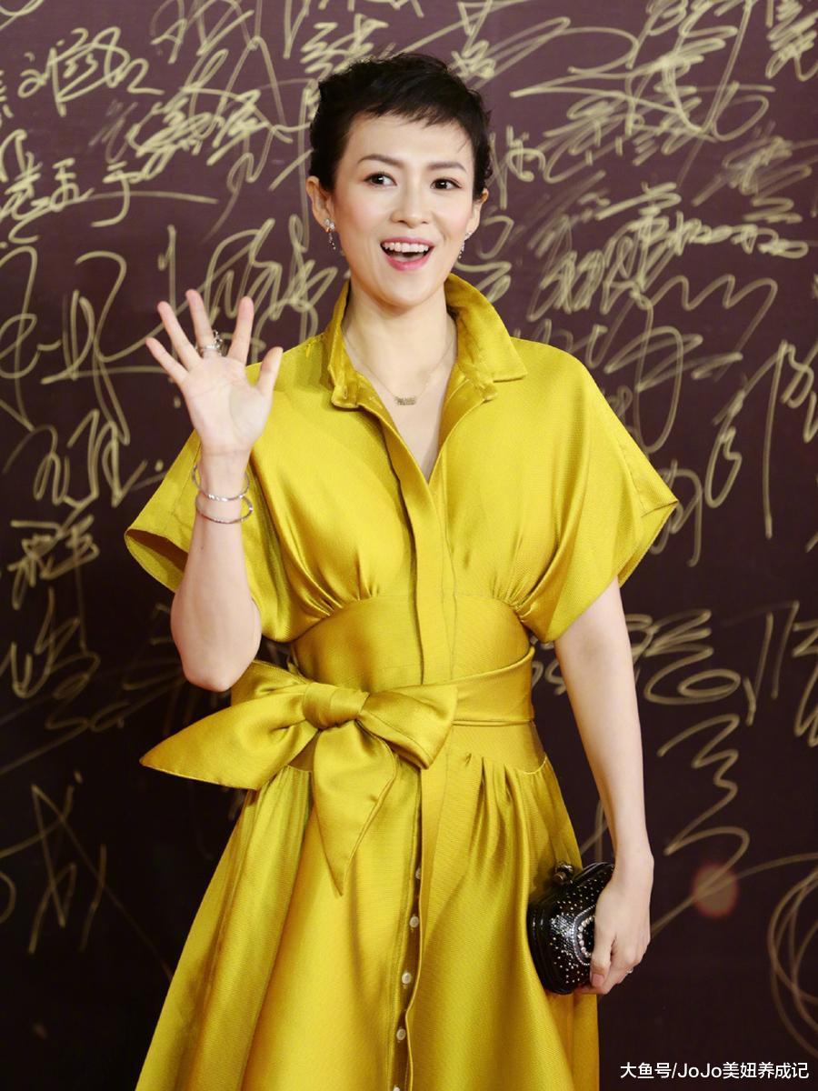 39岁汤唯与39岁章子怡穿黄裙,一个秀水蛇腰,一个发型抢镜!