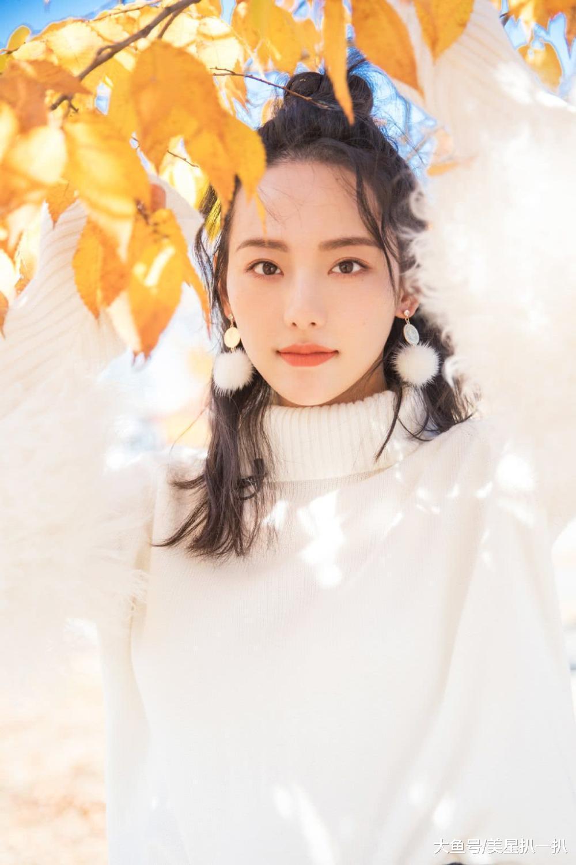 站在枫树下的张嘉倪美的好清新,小毛球耳坠搭配白色毛衣更显温柔