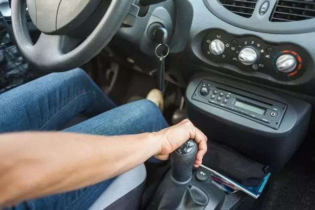 自动挡汽车怎么停车? 老司机: 挂n档熄火是最伤车的!