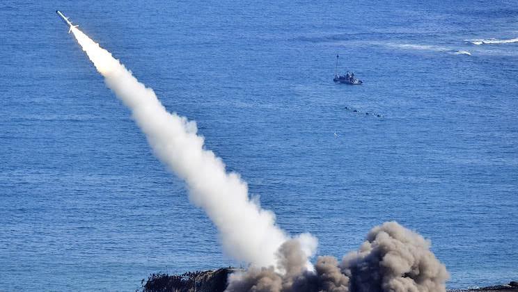 大国平安夜连射王牌导弹, 封锁唯一海峡, 西方军舰急退三百公里