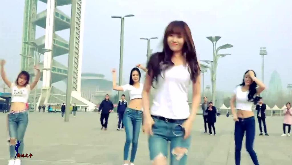 美女们广场上跳鬼步舞, 个个身怀绝技!