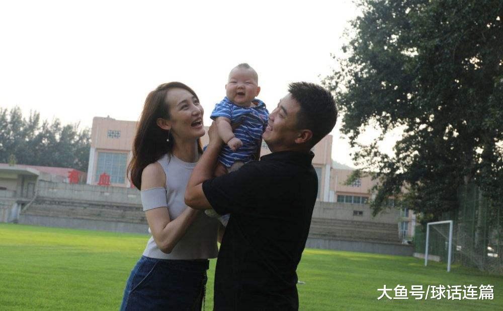 王皓娇妻更新静态, 晒出丈夫取年夜儿子练球视频, 樊振东回应热心
