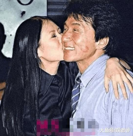 女明星酒后也疯狂, 拥抱就算了, 还亲吻陌生男子?