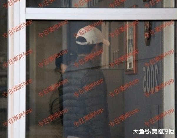 高云翔获保释后首次现身, 董璇穿情侣装陪同前往警局! 恩爱依旧!