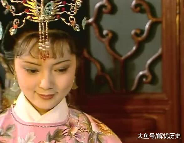 """87版红楼梦: 拿红麝串的手不是薛宝钗的手, 而是一位""""手模"""""""