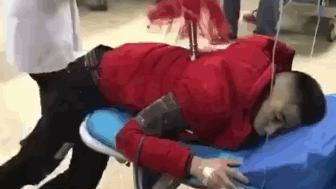男子收保护费被红缨枪扎入后背, 网友: 看兵器, 哪吒!