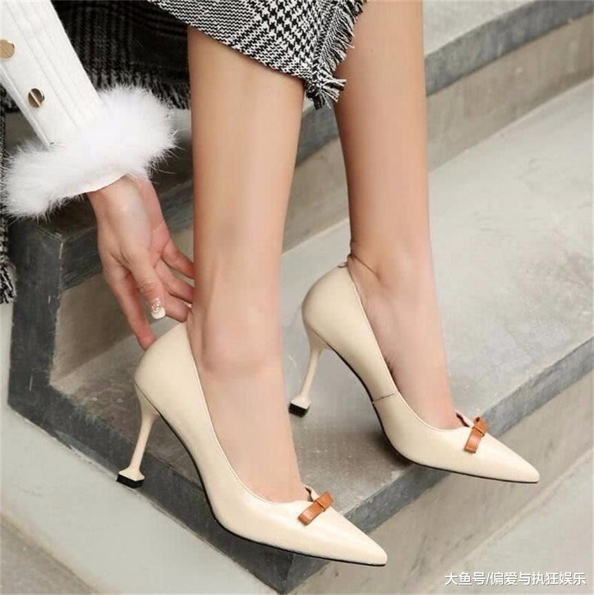 细跟鞋能够有效增加女性的身高,同时能够增添女性的气质