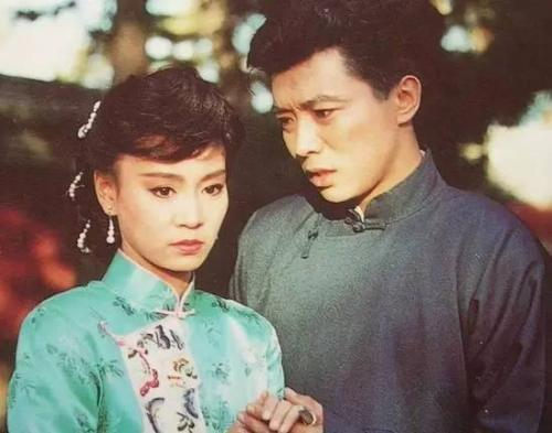 他曾是当红琼瑶小生, 两任老婆都是空姐, 晚年却只与藏獒相伴