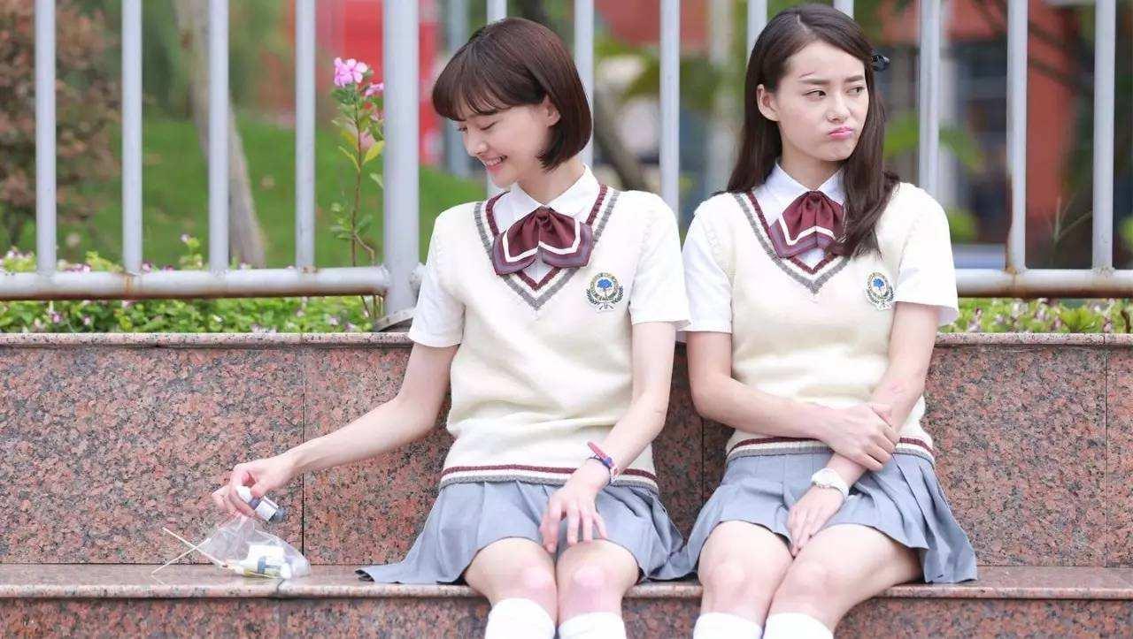 郑爽和关晓彤同穿校服短裙, 网友称光看腿就赢了