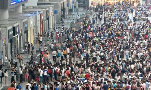 为何游客宁愿排长队取火车票, 也不刷身份证进站? 原来有4个原因
