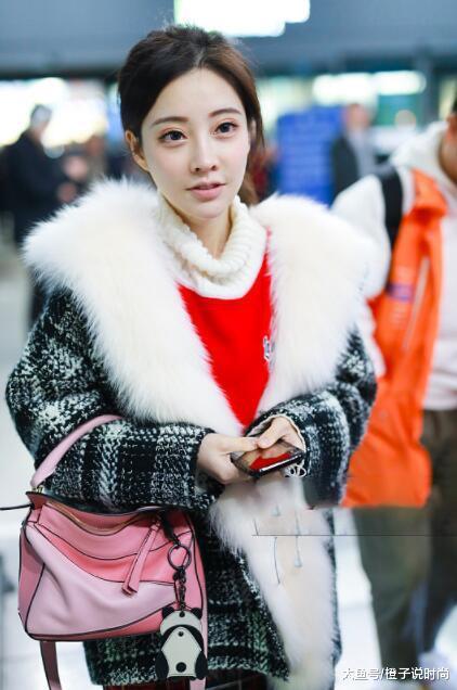 冯提莫毛领皮草大衣搭迷笛裙,手里还提个1万多的包,网友:真美