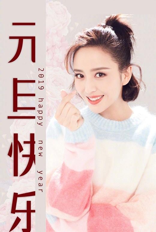 佟丽娅新年第一天晒马卡龙毛衣配短发!李沁唐嫣的穿法也超级可爱