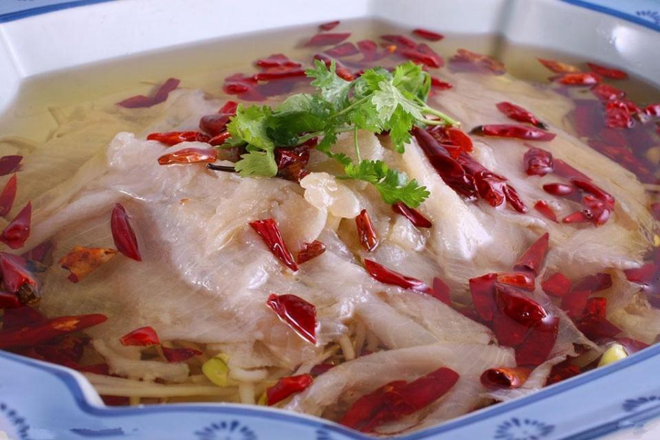沸腾鱼制作技术详解, 红彤彤的辣椒在热油中翻滚, 诱人食欲