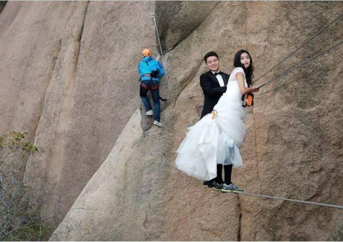 小情侣在悬崖峭壁上拍婚纱照, 只为追求个性!