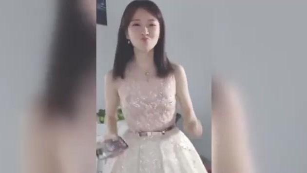冯提莫穿白裙子跳《海草舞》, 很调皮也很可爱! 真让人陶醉!