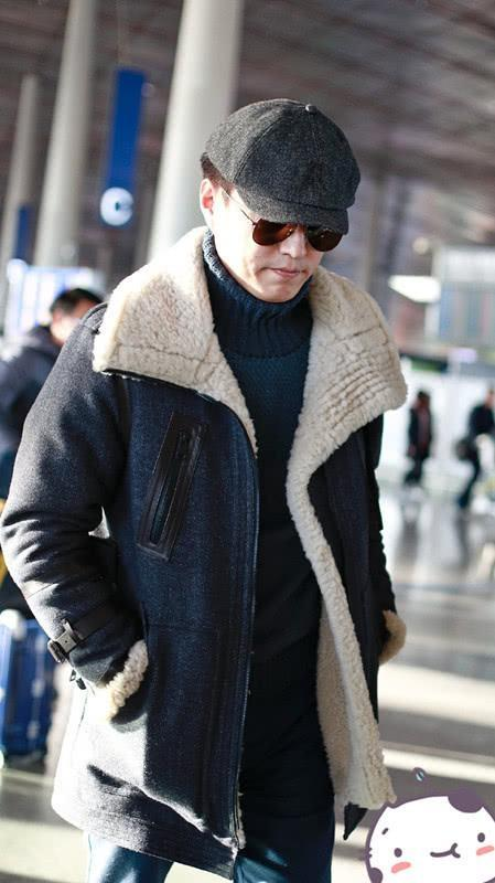 靳东穿着羊羔大衣显大气,内搭厚毛衣接地气,保暖打扮也很有型!