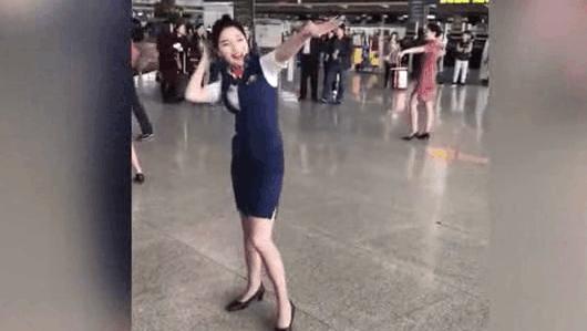 空姐机场齐跳海草舞, 路人纷纷驻足观看