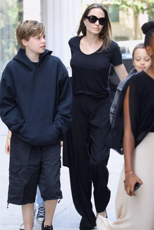 朱莉带4个孩子出门逛街, 网友: 3个孩子都很像