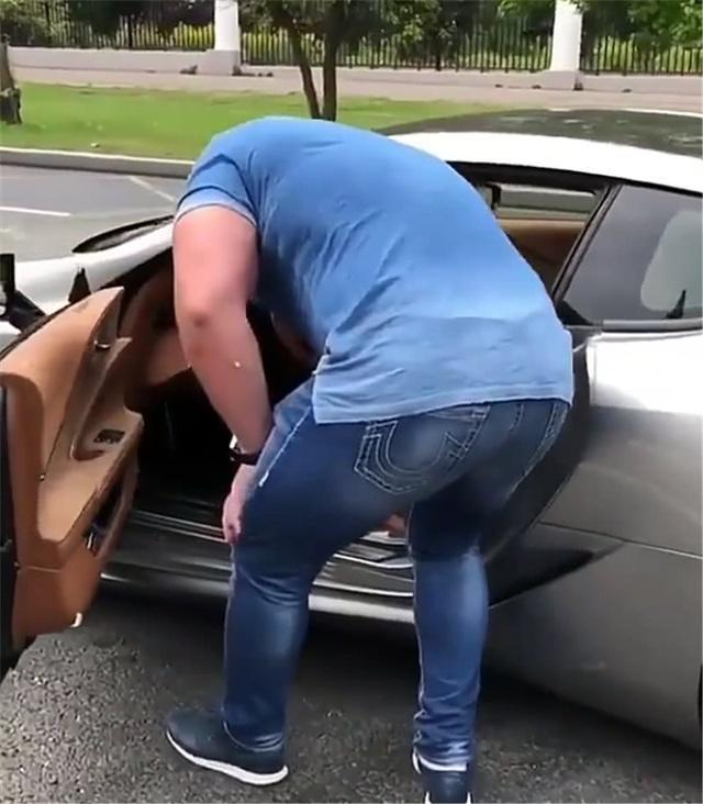 车主喜提130万的雷克萨斯, 看到车子体积后, 网友: 尺寸不合适他