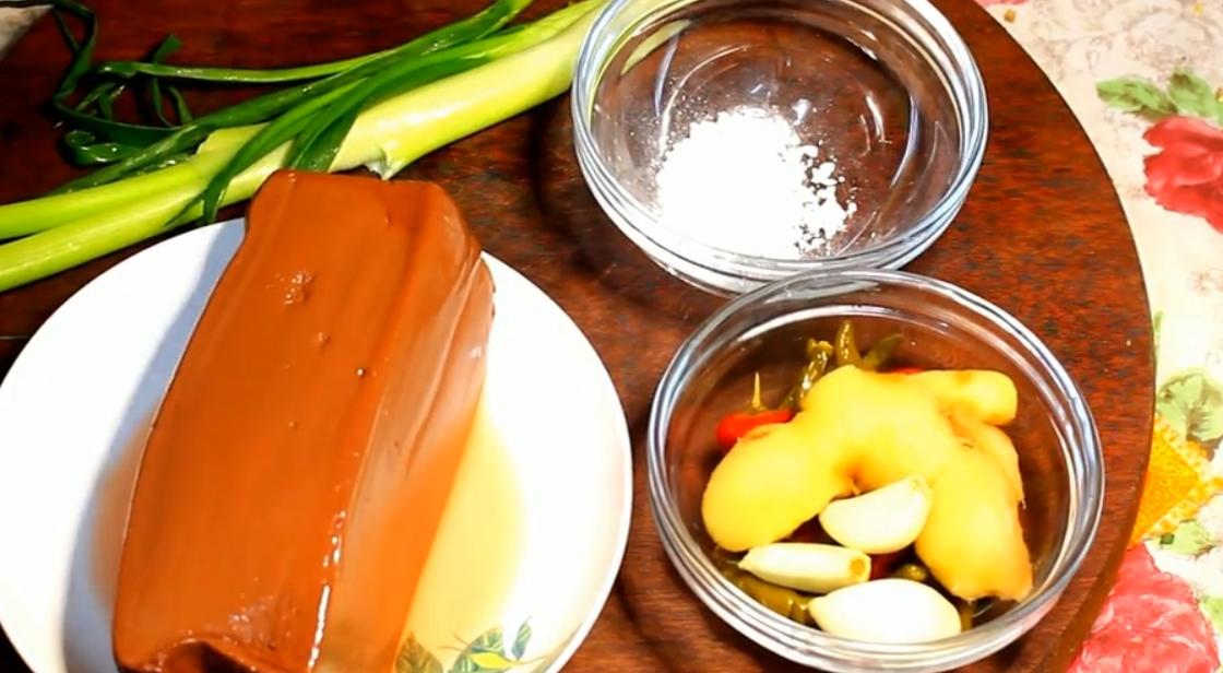 重庆大厨做了一道泡椒鸭血,酸辣爽滑,开胃下饭,一上桌就被抢光了