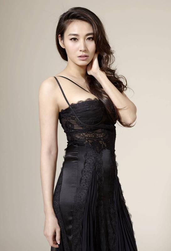"""她是香港""""过气女星"""",身材性感到不讲理,颜值更是不输杨幂!"""