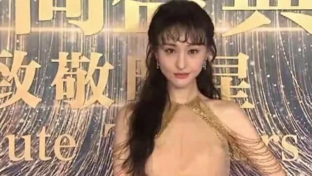 """郑爽分手后现身,无修图状态不佳,""""港风刘海""""显油腻"""