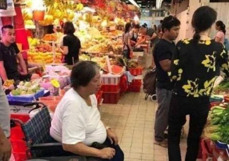 """洪金宝67岁坐在轮椅上,68岁的""""肥猫""""瘦骨如柴,72岁的他依然迷人"""