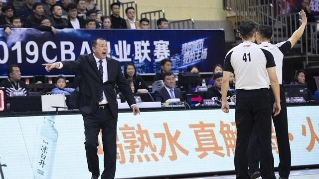 CBA再现争议判罚, 山东整晚都被裁判针对, 吴庆龙大闹技术台!
