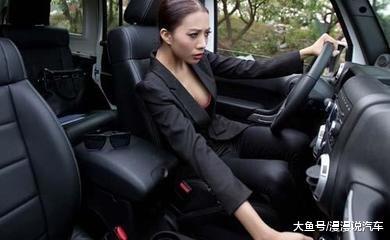 为什么司机高速上喜欢走中央车讲, 是更平安吗? 老司机: 车速而定