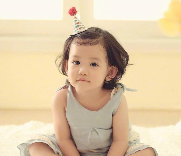 杨烁女儿小汤圆, 大眼呆萌头发卷卷, 爸妈基因实在是太好了!