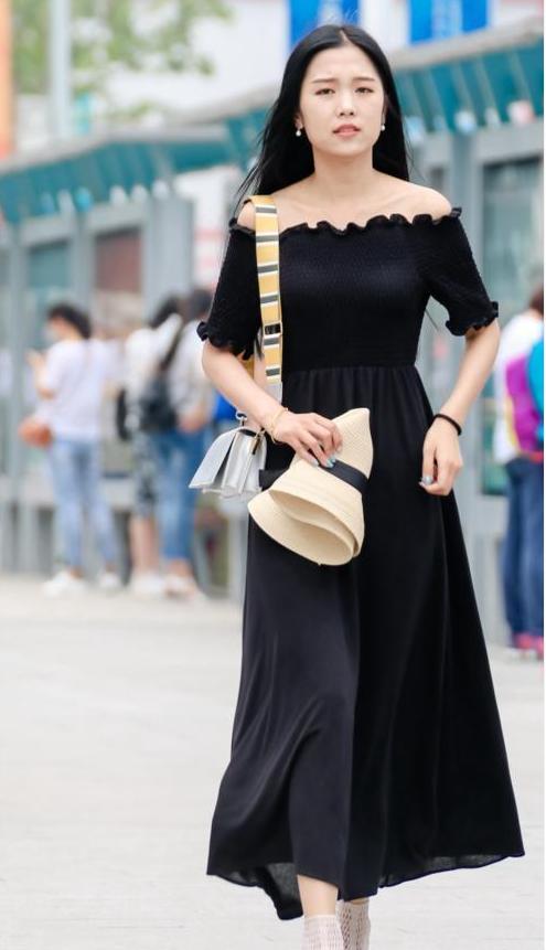 街拍: 笑容甜美的性感少妇, 穿黑色露肩连体衣, 韵味十足!