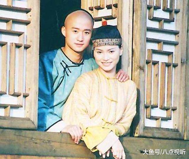从前港姐身世, 却摒弃吴京嫁给富豪, 现在47孤身在街边卖鱼