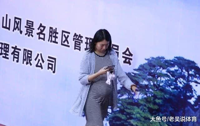 李晓霞晒三个月女儿照! 肥嘟嘟小脚很心爱, 刘国梁理睬呼唤辣妈回归