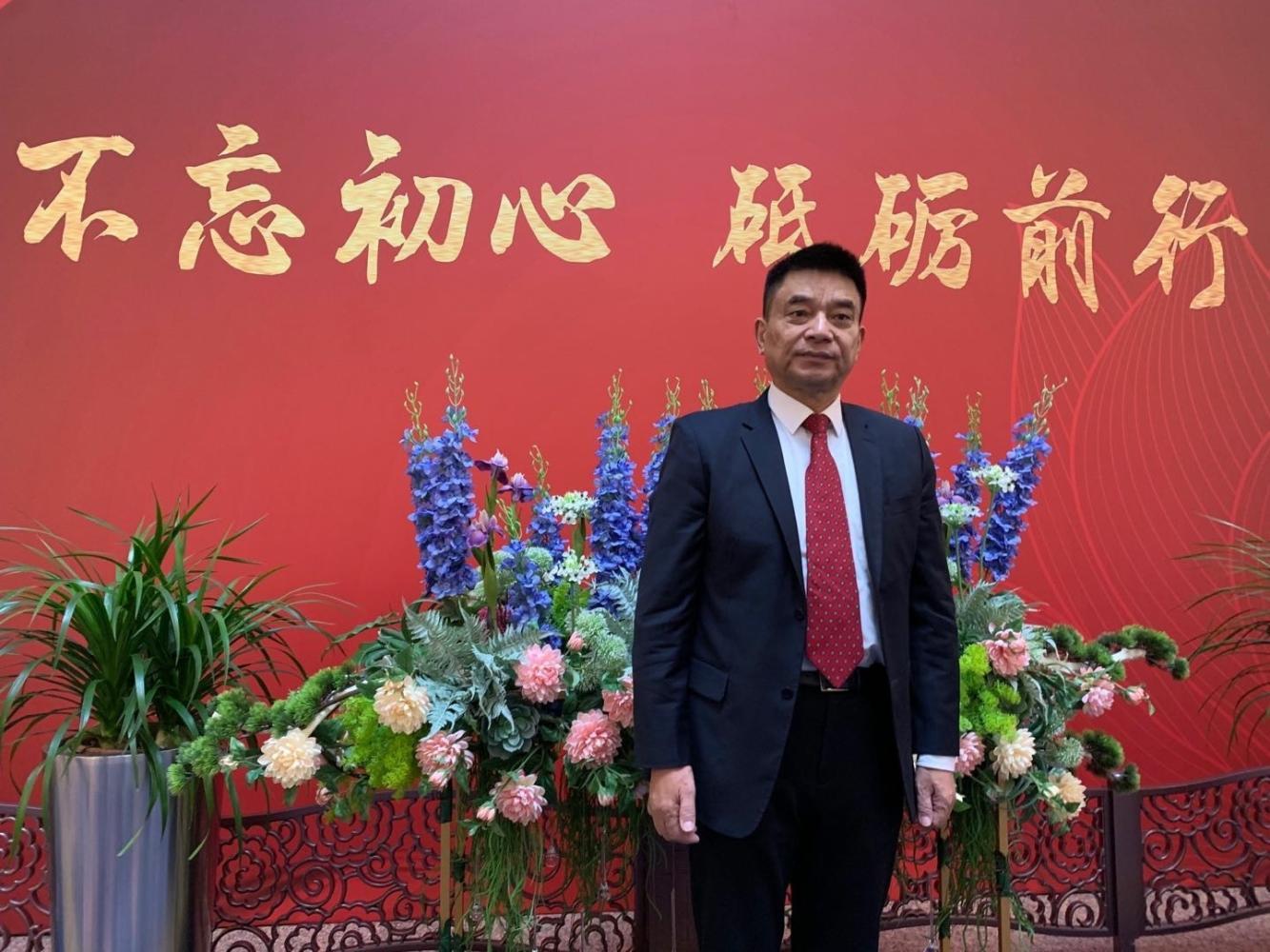 从小店主到中国最年轻的女富豪, 家族财富380亿, 全球有400家工厂