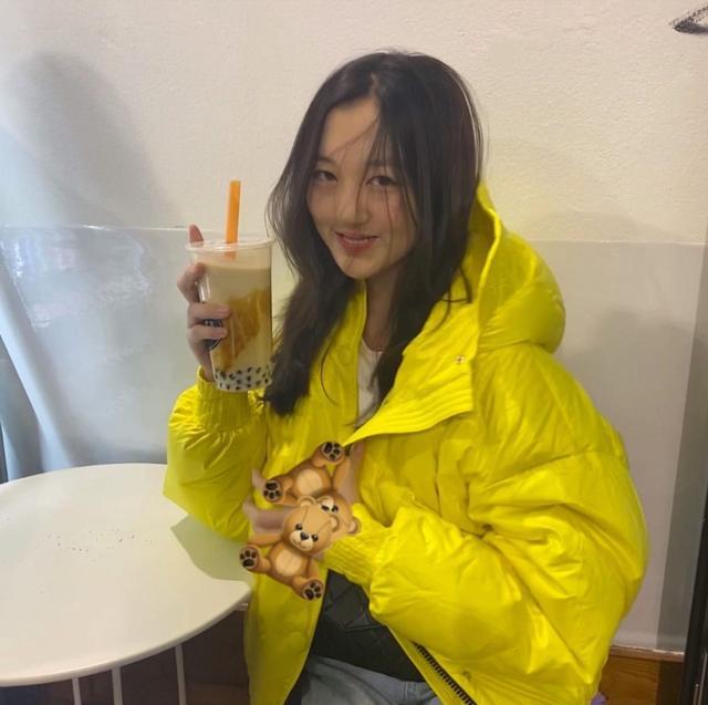 李嫣回瑞士读书晒美照,喝到奶茶超开心,身着黄色外套笑容明艳