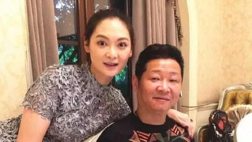 50岁三德子赵亮,改行养鸡赚上亿,小16岁妻子为他生两个儿子