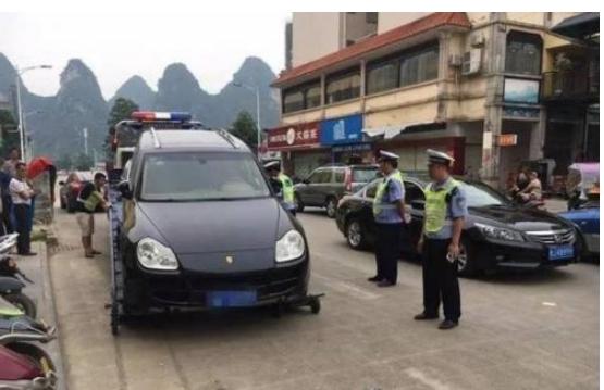 为何许多豪车违规泊车却不睹有交警去把车拖走?如今可算晓得了
