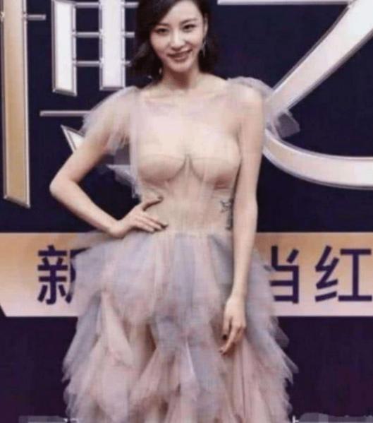 """28岁陈雅婷有多撩人?大胆挑战""""3D隐形裙"""",难怪王思聪会沉沦!"""
