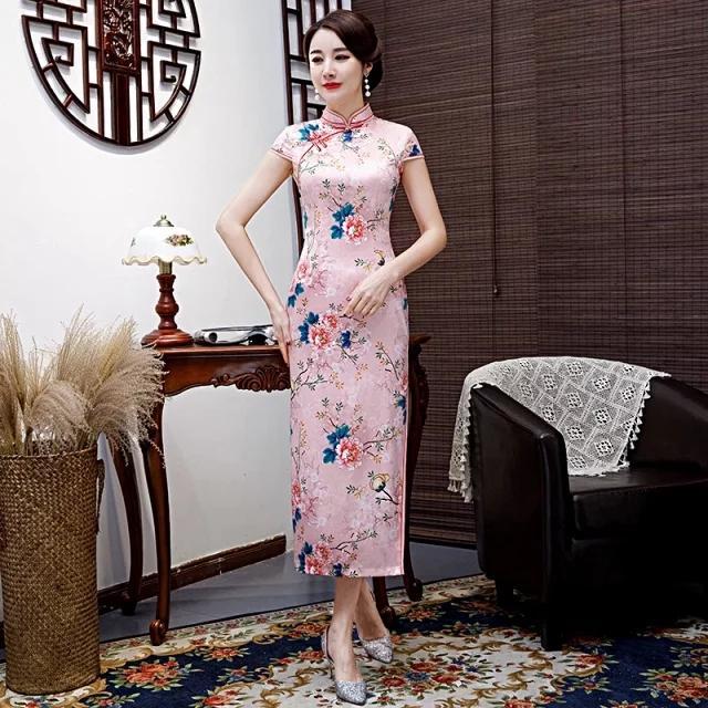 穿一袭古色古香的丝绸旗袍,让春季女性变得庄重年夜气!