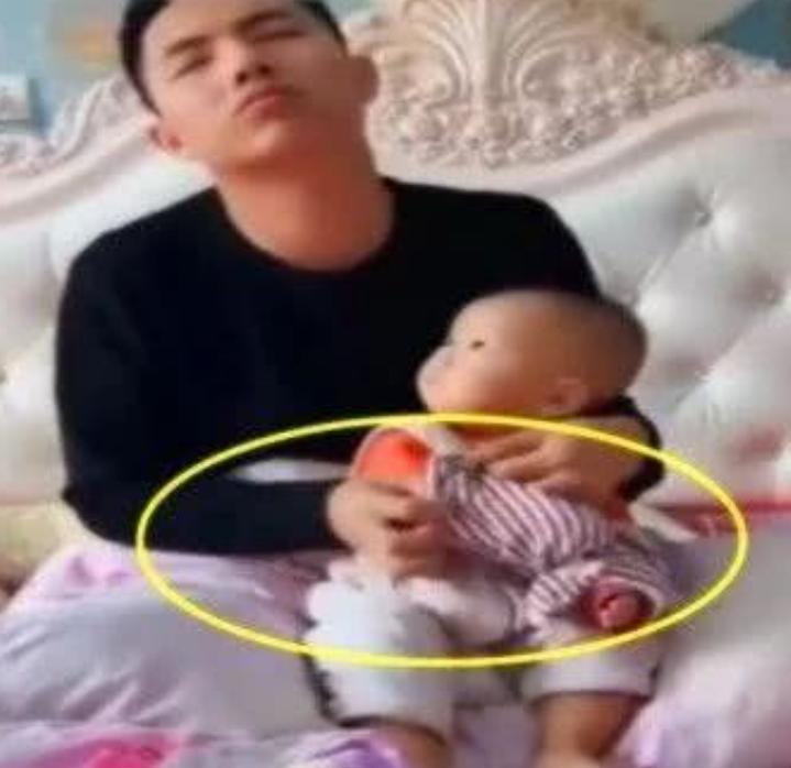 爸爸带娃,居然把裤子套儿子的头上,实的是让宝妈操碎了心啊