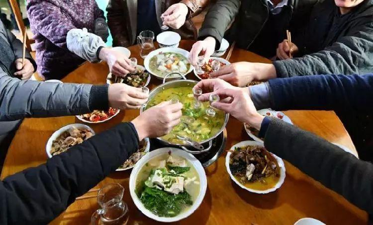 山东媳妇吃饭不上桌?网友:我们金乡媳妇都是掌柜的