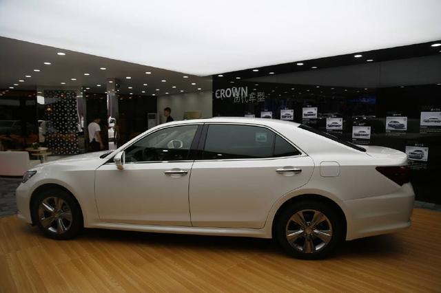 丰田皇冠整容返来!2.0T+8AT吊打奥迪A6L,卖22万颜值甩5系十条街