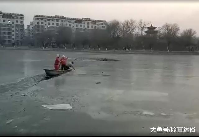 触目惊心10分钟,六旬老人失慎坠进冰窟,警平易近联脚破冰救人